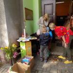 dzieci ze świetlicy w Lubczynie wspólnie z opiekunem i pracownikiem Filii w Wyszanowie oglądają książki