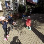 dzieci ze świetlicy w Lubczynie rzucają do siebie piłkę