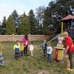 pracownik Filii Bibliotecznej w Wyszanowie na placu zabaw z przedszkolakami i ich opiekunami