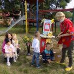 pracownik Filii Bibliotecznej w Wyszanowie pokazuje przedszkolakom książki