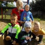 pracownik Filii Bibliotecznej w Wyszanowie z przedszkolakami