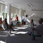 fizjoterapeutka i uczestnicy podczas rozgrzewki