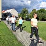 fizjoterapeutka i uczestnicy podczas marszu nordic walking