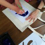 warsztaty zdobienia toreb - dziecko maluje torbę