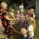 MGBP-filia-nr-1-spotkanie-z-jesienia-w-Mirkowie-bibliotekarka-z-dziećmi