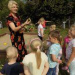 MGBP-filia-nr-1-spotkanie-z-jesienia-w-Mirkowie-bibliotekarka-z dziećmi