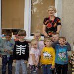 MGBP Filia nr 1 spotkanie z jesienia dzieci przedszkolne i pani bibliotekarka zdjęcie grupowe