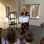 MGBP Filia nr 1 spotkanie z jesienia dzieci przedszkolne i pani bibliotekarka czytająca książkę