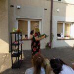 MGBP Filia nr 1 spotkanie z jesienia dzieci przedszkolne i pani bibliotekarka pokazująca warzywa