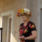 MGBP Filia nr 1 spotkanie z jesienią - bibliotekarka w kapeluszu z liści jesiennych