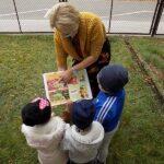 głośne czytanie w wyszanowie bibliotekarka z książką i dzieci