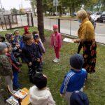 głośne czytaniw w Wyszanowie bibliotekarka i dzieci