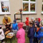 głośne czytaniw w Wyszanowie bibliotekarka pokazuje dzieciom jesienne warzywa