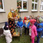 głośne czytaniw w Wyszanowie bibliotekarka pokazuje dzieciom jesienne liście