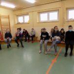 Głośne czytanie w szkole w Wyszanowie. Na zdjęciu dzieci uczestniczący w spotkaniu
