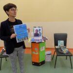 Głośne czytanie w szkole w Wyszanowie. Na zdjęciu pani bibliotekarka szkolna