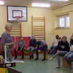 Głośne czytanie w szkole w Wyszanowie. Na zdjęciu dzieci uczestniczący w spotkaniu i pani bibliotekarka z Fili MGBP w Wyszanowie