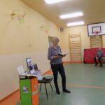 Głośne czytanie w szkole w Wyszanowie. Na zdjęciu pani bibliotekarka z MGBP z Filii w Wyszanowie