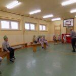 Głośne czytanie w szkole w Wyszanowie. Na zdjęciu dzieci uczestniczący w spotkaniu i pani bibliotekarka z MGBP Filia w Wyszanowie