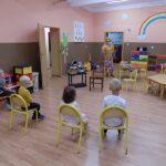 Głośne czytanie w Lubczynie, deszczowa Pani Jesień i dzieci