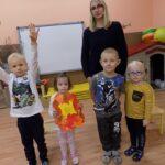 Głośne czytanie w Lubczynie, pani przedszkolanka i dzieci