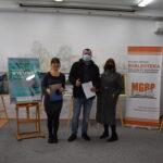 dyrektor biblioteki wraz z burmistrzem i wiceburmistrz Wieruszowa