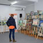 zwiedzający wystawę malarstwa w MGBP