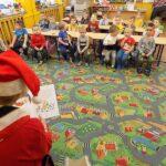 spotkanie przedmikołajkowe w Wyszanowie pani bibliotekarka czyta dzieciom