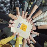 Projekt Muralki z Programu Równać Szanse młodzież trzyma torbę z napisem programu