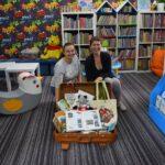 II edycja bibliotecznych podróży koziołka Klemensa koziołek w walizce w bibliotece, pracownice biblioteki