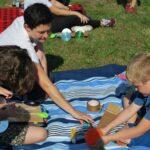 Czytanie dla dzieci w plenerze na filii w Pieczyskach